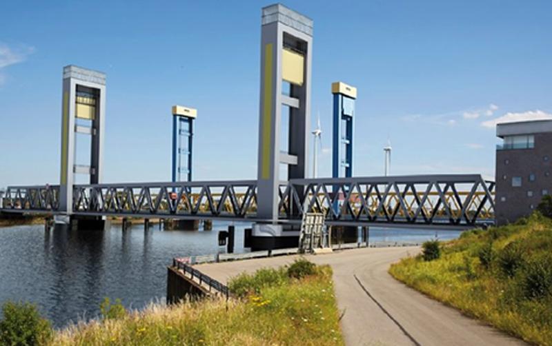Neubau Kattwybrücke – Vormontage am Niedersachsen Port in Cuxhaven